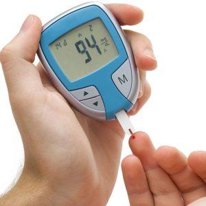 chú ý đến lượng mẫu máu cần lấy khi đo đường huyết
