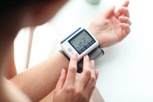Chọn máy đo huyết áp Omron cổ tay hay bắp tay?